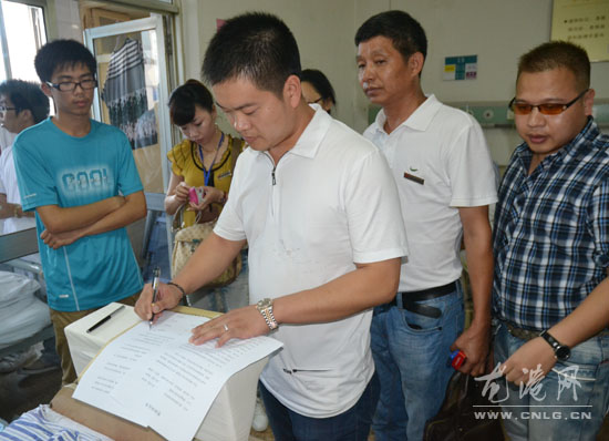 图为浙江森林实业有限公司董事长吴学泳及弘远爱心联盟成员在医院看望