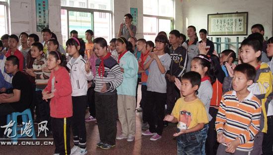 青年志愿者慰问聋哑学校图片