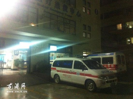 图为苍南120救护车抵达黄山市人民医院急诊中心