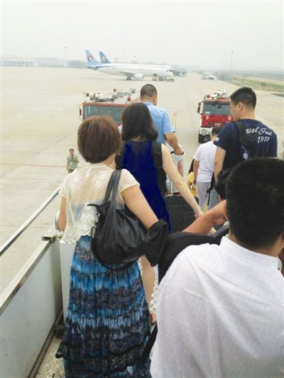 青岛飞温州航班起飞25分钟后返航 据称左翼冒烟