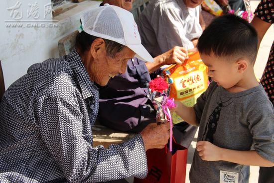 龙港镇小童洲幼儿园开展重阳节慰问敬老院爱心活动