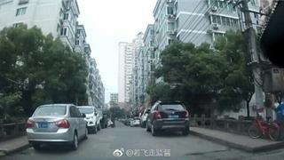 龙港-桥上两边违停怎么开呢